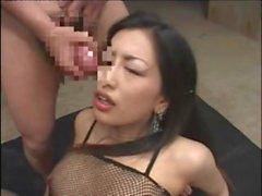 Asian seductress in Fisknäts underkläder tycker ett satsen dusch vid en bukkake session