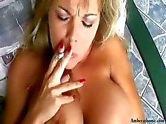 Busty blondi Amber tupakoi samalla saada hänen pillua nuoli ja sitten saa naulattu