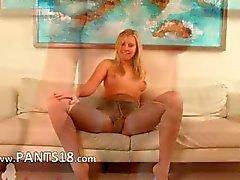 Blond Babysitter auf white ledernen Couch