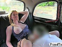 Horny блондинка шлюха в больших сисек стучали на заднем сидении