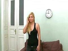 Isot tissit Blondie riisua itsensä sohvalla