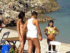Bambine scopano a spiaggia gioco