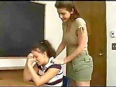 Koulutyttö saa anally rangaistaan hänen opettajat hihna
