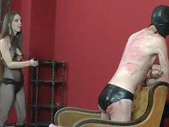 Två söta Mistresses piska manliga slav
