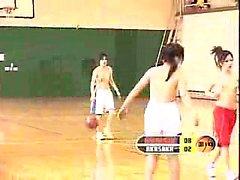 Les étudiants asiatiques jouent au basket topless et nue