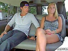 Assai giovane blonde Amateur venga attratto nel a sbattere autobus