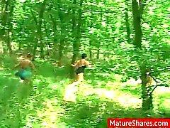 Granny eccitato si aggira per la foresta per Pompaggio