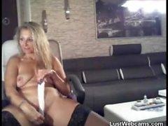 Blonde MILF babe fode sua bunda com um vibrador na webcam