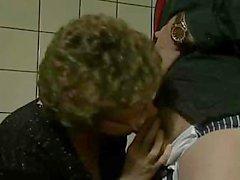 Büyükanne Bir Fırça Kapalı alır