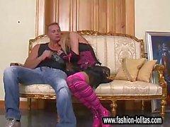 Брюнет играет с собой на диване ждут его члена