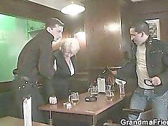 Dos amigos que recogen y joder la abuela boozed