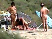 Несмотря на то их приятелями просматривать опухший паре трахнул во берегу моря