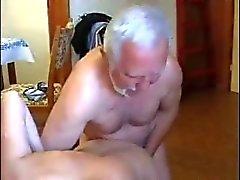 Mycket gammala feta manen använder unge piga väldigt hårda
