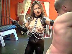 Ausgepeitscht und nach asiatischen mistress einmal peitscht