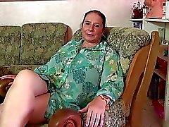 Chubby fällige Dame Beölung bis ihre Titten und spielte H &