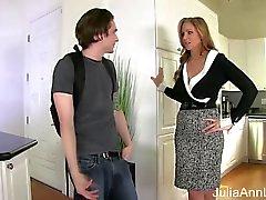 Julie Anne Fucks belle-mère Stepson dans la anal !