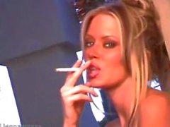 Jenna de Jameson fumer sur un plateau