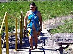 Бразильского жена проблескивая по пляжу