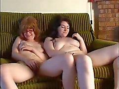 Молодая волосатые рыжая а ее Полненькие подругой мастурбирует