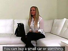 Vollbusige Blondine Laien schlug der auf Couch über Casting