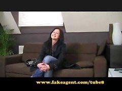 Brune est sur le canapé de coulée et souffle de avant d'être percer pour les Couples Creampie