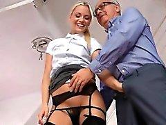 Stunning blonde comer Reino Unido gran de schlong en sus rodillas