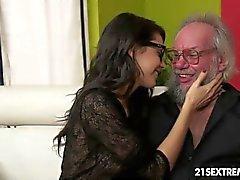 Geek fille de Carolina aime la baise plus vieux types