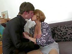 Reizvolles busty Mama saugen und ficken sich ihren Sohn nicht