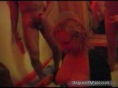 Kåt blondin tik suger HAR på många