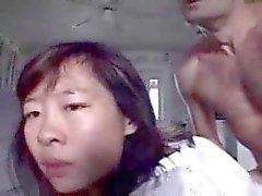 Aziatische geile moeder krijgt haar gezicht vol met cum