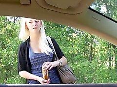 Après penchant hors de la fenêtre de la voiture à sucer la bite cette cornée
