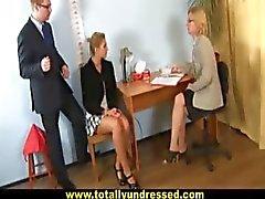 "Sexig blond sekreterare blir "" intervjuas"