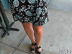 Heiße reife Schatz bekommt ihr rasierte Felltorte gefingert