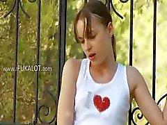 ince Ivana genç arka bahçesinde oynarken