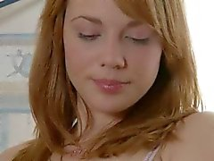 Roze dildo in haar mond en harige kut