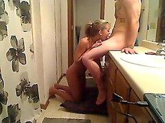 Hot Amateur Blondine reibt ihre getrimmte Pussy in die Wanne