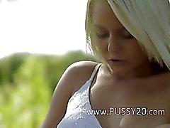 белокурая красавица из Швеция трогательного клитором