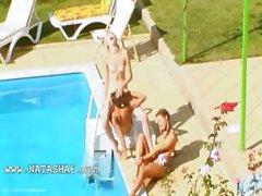 Trois nanas des du coït secrètes la piscine