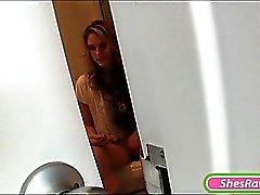 Возбужденный Ф. Brianna Oshea поймали мастурбировать в туалете