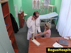 Bogus médecin crémpie busty patiente enceinte
