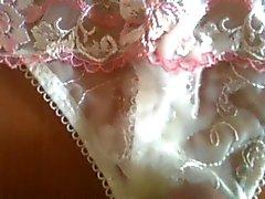 Cumming sobre calcinha da esposa