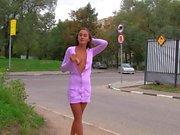 Hot девушка мигают сиськи и пизду почти оживленной дороге