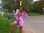 La ragazza calda lampeggia tette e figa accanto a strada molto trafficata