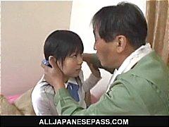 Minami Asaka Lovely asiatisk skolflicka leker med hennes stora grönsaker