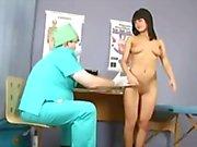 Sweet brunette tyttö kulkee erityinen seurata gynekomastiaa tentti