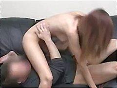 Brünette wird nackt und bläst und fickt während der gefilmt