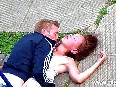 Betrunkener Paare, die Sex in der Öffentlichkeit Park