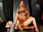 Blond MILF dominerar hennes slav