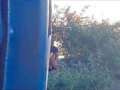 2 мальчика пытаются спрятать