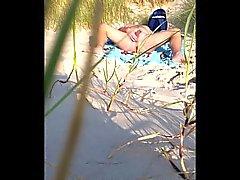 hommes se carezza a la plage devant inconnu